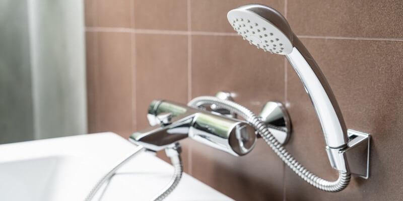 Comment réparer une pomme de douche qui goutte ?
